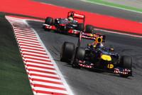 中国GPの再現か、と思わせるベッテル(前)、ハミルトン(後ろ)による熾烈(しれつ)な優勝争い。ベッテルはKERSの不調に見舞われながらも首位の座を守り切った。(Photo=Red Bull Racing)