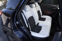 「CX-3 XDツーリング Lパッケージ」の後席。前席同様、ピュアホワイトとブラックのツートンカラーが採用されている。