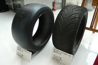 装着タイヤはダンロップ製。2013年からはレギュレーションの変更により、スリックタイヤの使用が可能となる。