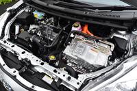 「アクア」のパワーユニット。1.5リッターのガソリンエンジンを電気モーターがアシストする。