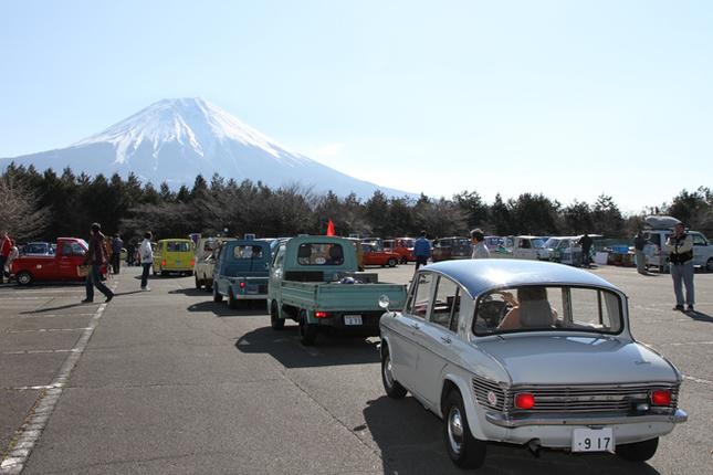 午前8時の開場と同時に、富士山を見上げる会場にエントリー車両が続々と入場していく。