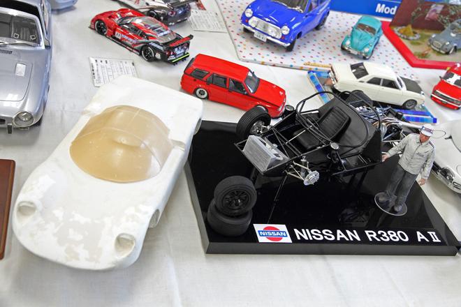 「日産テクノモデラーズクラブ」のコーナーに展示されていた1/12の「日産R380-AII」。タミヤのホンダF1用というタイヤを除いてはすべてスクラッチビルドで、ボディーはまだ原型の状態。右端に立つフィギュアは、開発責任者の故・櫻井眞一郎氏である。
