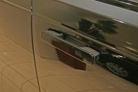 """使用しないときはドアパネルに格納される""""デプロイアブル・ドアハンドル""""。"""