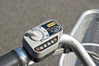 電動アシストの切り換えスイッチ。アシスト力の選択は、左側のダイヤルを回して変える。オートエコボタンを長押しすれば、場面ごとに必要に応じたアシストをしてくれる。よって、バッテリーの節約につながる。