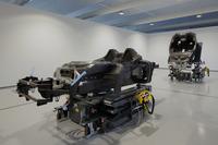 カーボン製センターモノコックに前後アルミニウム製のサブフレームという、今最もポピュラーなスポーツカーレイアウトを採用する。