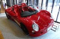 """「トミーカイラZZ」は、もともと1997年に""""公道でも走れるレーシングカー""""として発売された。日産製の2リッター直列4気筒DOHC16バルブエンジンを搭載した。"""