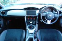 運転席まわりの様子。車体の姿勢変化がわかるよう、左右対称な水平基調のインストゥルメントパネルが採用された。