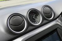 ダッシュボードの中央部には、エアコンの吹き出し口と並んでアナログ式の時計が装備される。