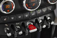 センターパネルにずらりと並ぶトグルスイッチ。中央の赤いスイッチはエンジン・スタート/ストップ用。(写真=BMW)