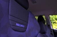 「Nエディション」には、シートにレカロ製スポーツシートが奢られる。その代わり、チルト機構が失われる。