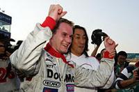 DoCoMo TEAM DANDELION RACINGの村岡潔チーム代表とチャンピオン獲得を喜ぶライアン。