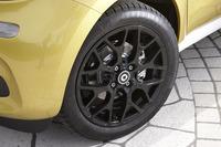 「フォーフォー ターボ」は、ほかの「フォーフォー」とは異なるブラックペイントの16インチアルミホイールを装着する。