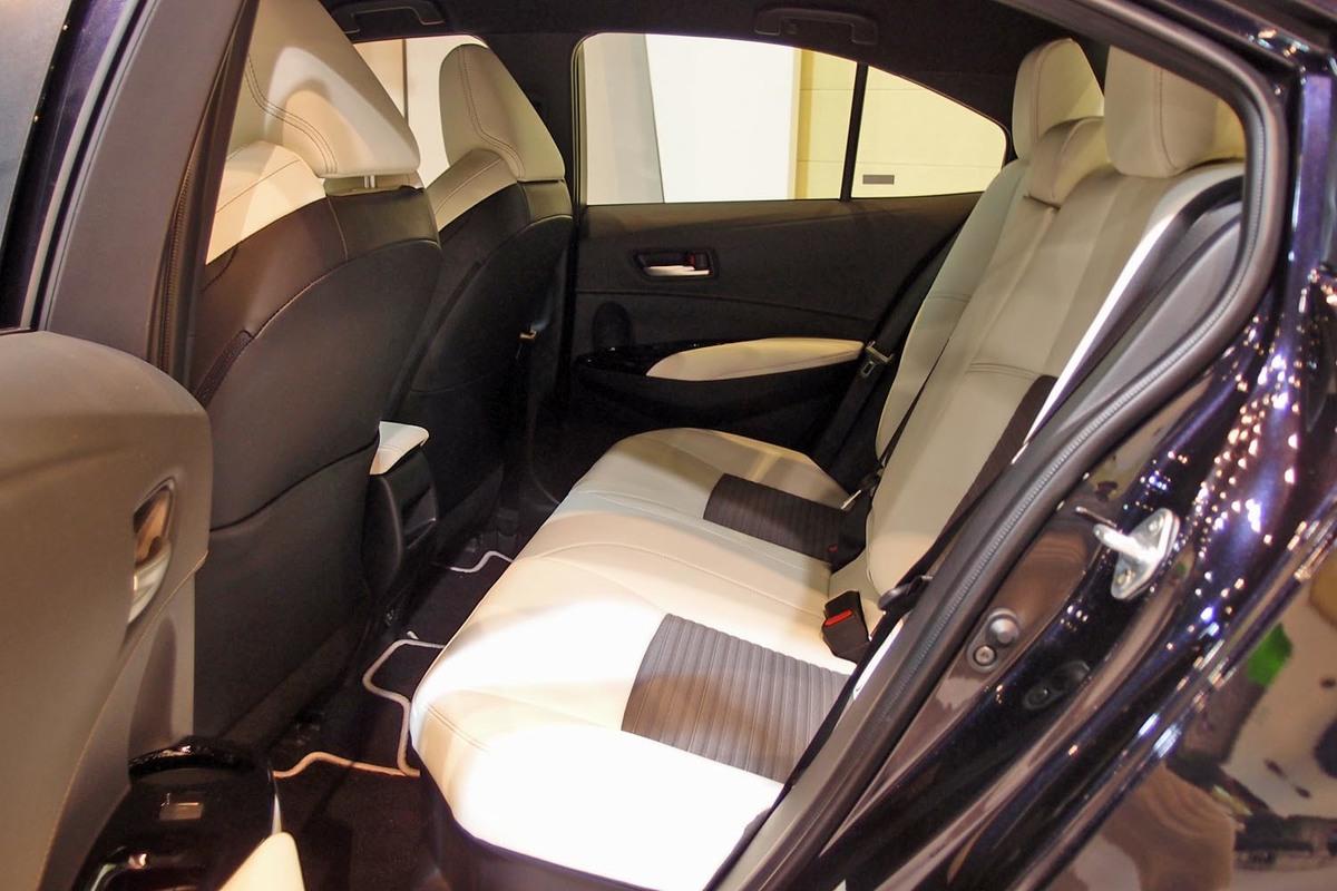 座席 カローラ ツーリング 後部 トヨタ 新型カローラに速攻試乗|ハイブリッドと1.8リッターガソリンモデル、買いなのはどっち!?(画像ギャラリー