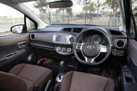 マニュアルエアコンのスイッチやインサイドドアハンドル、サイドブレーキなどにメッキ加飾が施される。