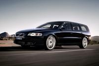 「ボルボV70」     ステーションワゴンで名をはせたボルボの中核をなすのが、ミドルサイズの「V70」。1996年に「850」の後継車として登場した。現在は3代目が販売されているが、映画に使われているのは先代モデル。