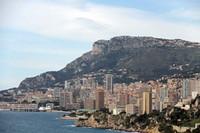 フランスの国境の町ロクブリューン・カプマルタンからモナコを望む。
