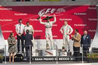 23年ぶりのF1メキシコGPを制したメルセデスのニコ・ロズベルグ(写真中央)。今季4勝目を飾った彼は表彰台でソンブレロをかぶり、上機嫌に振る舞った。2位はロズベルグのチームメイトであり、既に前戦で年間タイトルを決めているルイス・ハミルトン(左)。3位はウィリアムズのバルテリ・ボッタス(右)で、第7戦カナダGP以来のポディウム登壇となった。(Photo=Mercedes)