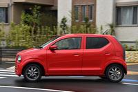 「トヨタ・アクア」と同じ37.0km/リッター(JC08モード値)の燃費を誇る、スズキの軽乗用車「アルト」。現行モデルは、2014年12月に発売された。