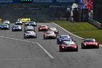 GT500クラスのスタートシーン。レースは、予選2番手のNo.23 MOTUL AUTECH GT-R(写真右端)が後退。早い段階からレクサス勢がトップ3を形成する展開となった。