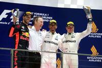 F1第14戦シンガポールGPを制したメルセデスのルイス・ハミルトン(写真右から2番目)、2位に入ったレッドブルのダニエル・リカルド(同左端)、3位でレースを終えたメルセデスのバルテリ・ボッタス(同右端)。(Photo=Mercedes)