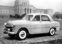 プリンスの名を最初に冠したモデルである、1952年「プリンス・セダン」(AISH-1)。前後ともリーフリジッドのサスペンションを持つXメンバー付きセパレートフレームシャシーに、45psを発生する1.5リッター直4 OHVエンジンを積んだ6人乗りセダン。発売当初の価格は132万円だったが、徐々に値下げされ、2年たった頃には100万円を切った。