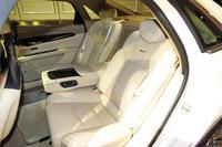 リアシートには電動調整式のリクライニングおよびスライド調整機構が装備される。