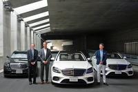 フォトセッションの様子。写真左から、独ダイムラー「Mercedes me connect」開発担当のアンドレアス・ハフナー氏、同じくダイムラーの「Sクラス」開発担当 ドミニク・フォーフト氏、そしてメルセデス・ベンツ日本の上野金太郎社長。