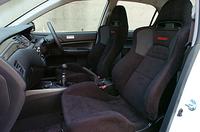 レカロ社製フロントシートは、滑りにくいスウェード調生地が採用された。なお、ドア内部のインパクトバーは、スティールからアルミに材質が変更され、合計で約3.5kg軽量化された。