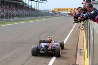 レース終盤を盛り上げたリカルド。フレッシュタイヤを武器に残り4周でハミルトンを、翌周にはアロンソを追い抜き、トップでチェッカードフラッグを受けた。(Photo=Red Bull Racing)