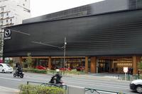 関東マツダ高田馬場店の外観。明治通り沿いに位置しており、最寄り駅は東京メトロ副都心線「西早稲田駅」。