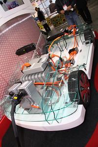矢崎総業のハイブリッド車やEV用「高電圧電源分配システム」。過去に市販されたハイブリッド乗用車のほぼすべてと、一部のEVに採用されたという実績を誇る。