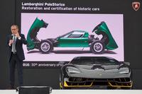 往年の名車「ミウラ」がデビュー50周年を迎えることに触れつつ、「チェンテナリオ」を紹介するステファノ・ドメニカリCEO。