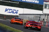 GT300クラスで最後まで優勝争いを繰り広げたNo.81 ダイシン アドバン Ferrari(青木孝行/藤井誠暢組)とNo.11 JIMGAINER ADVAN F430(田中哲也/平中克幸組)。