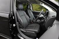 シート表皮は、FF車の「スポーツ」にはファブリック、4WD車の「リミテッド」(写真)にはレザーを採用。リミテッドの運転席と助手席には、シートヒーターが標準で装備される。