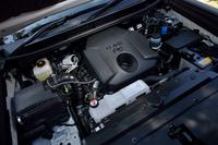 パワーユニットは、今回試乗した2.8リッターディーゼルターボ(写真)のほか、2.7リッターのガソリンエンジンがラインナップされる。