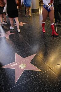 ハリウッド大通りで。シボレー提供の長寿番組でプレゼンターを務めていた歌手ダイナ・ショア(1916~1994年)の名前も。通りすぎる娘たちは、もはや彼女の存在を知らない世代である。
