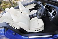 標準のシートはシルクナッパレザーとなるが、テスト車はオプションのファインナッパレザーの白いシート。白内装も標準では用意されない。