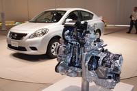 2代目「ノート」にも採用された、1.2リッター直3エンジンのカットモデル(写真手前)。