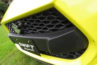 逆スラントのデザインが特徴的なフロントグリル。立体的な格子のデザインも目を引く。