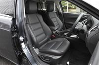 「Lパッケージ」はブラック、もしくはオフホワイトのパーフォレーションレザーシートを標準装備。前席のセンターアームレストにはスライド機構が備わる。