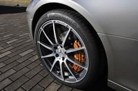 オプションのカーボンセラミックブレーキの径は、前が402mm、後ろが360mm。タイヤサイズは、前265/35ZR19、後295/30ZR20。