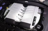 フェートンの技術的ハイライト、6リッターW12ユニット。15度のバンク角をもつV6を、72度のバンク角で組み合わせたエンジンである。無段階可変吸気および2ステージの排気側可変カムシャフト機構をもつコンパクトなパワープラント。