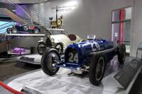 会場の入り口で来場者を出迎えていた、戦前のグランプリカー「ブガッティ・タイプ59/50S」(手前)。