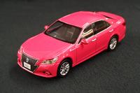 """あざやかなボディーカラーが目を引く、""""ピンク・クラウン""""のミニチュアカー。"""
