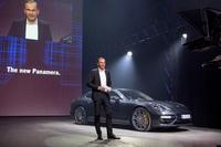ベルリンで発表された、新型「ポルシェ・パナメーラ」。ポルシェのオリバー・ブルーメ社長が、プレゼンテーションを行った。