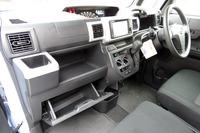 助手席側の大容量インパネトレイやグローブボックス、運転席側のインパネアッパーボックスなど、収納は充実している。