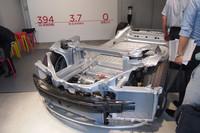 公開された「モデルS」のシャシー。バッテリーは床下に収められる。