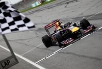 予選ではマクラーレンのハミルトンと接戦を繰り広げ、渾身の走りで2戦連続となるポールポジションを決めたベッテル。追い上げ著しいライバルに対し、落ち着いたレースを展開。レース途中でKERSが使えなくなっても首位をキープし勝率10割を維持し続けている。(Photo=Red Bull Racing)
