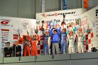 """GT500クラスの表彰式から。2013年シーズン最後の""""バンザイ!""""。"""