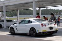 車両本体価格は、基準車の4点式ロールケージ仕様が1047万9000円、6点式ロールケージ仕様は1113万円となる。